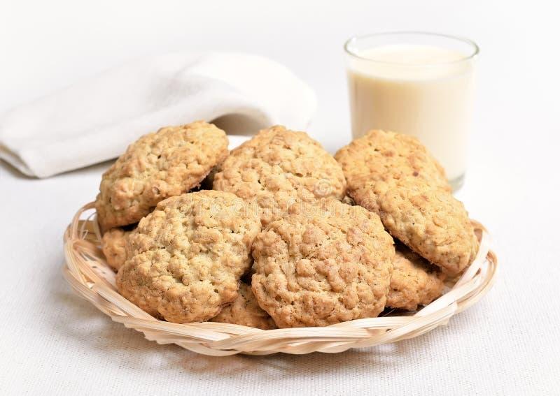 Cookies e milk shake de farinha de aveia foto de stock royalty free