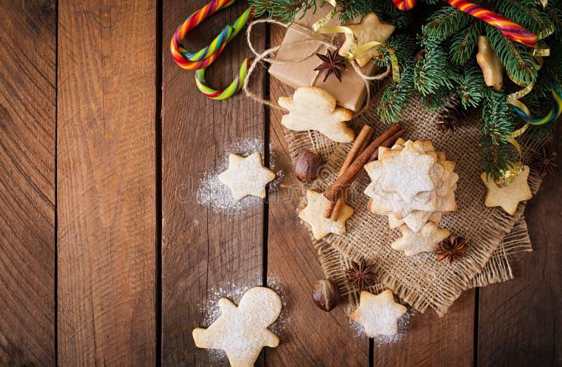 Cookies e ouropel do Natal em um fundo de madeira escuro foto de stock royalty free