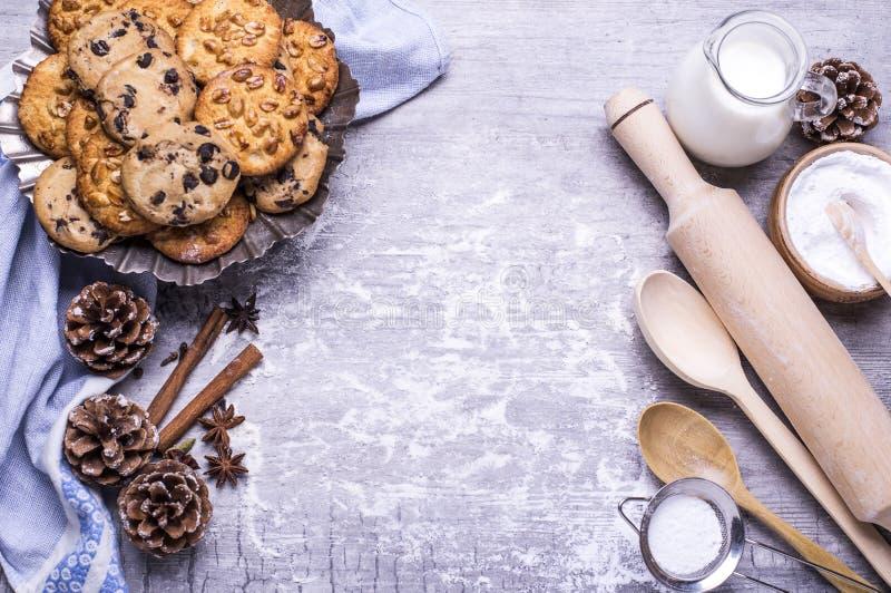 Cookies e produtos caseiros recentemente cozidos deliciosos para cozer em uma tabela de madeira cinzenta Conceito do Natal Config imagem de stock royalty free