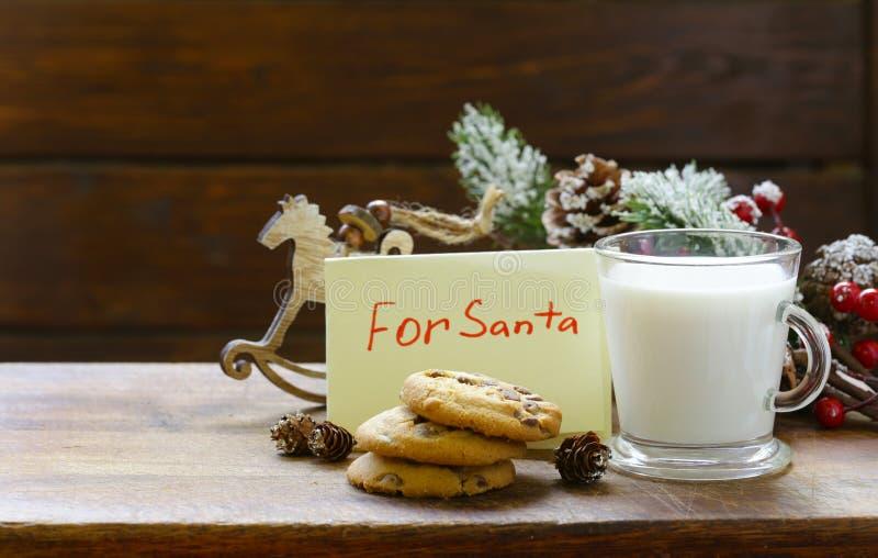 Cookies e um vidro do leite para Santa Natal imagem de stock