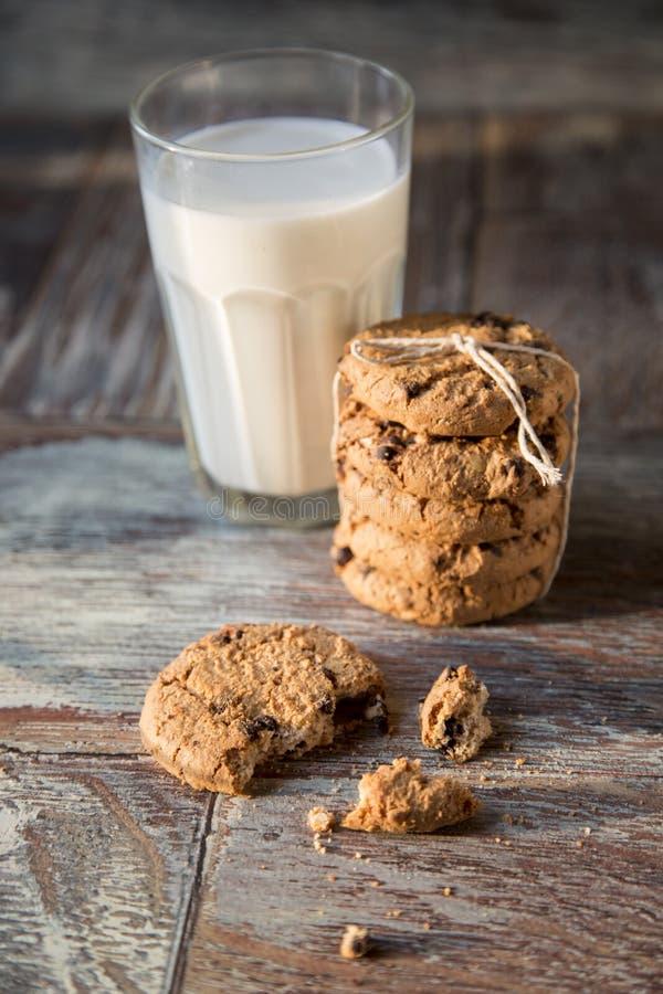 Cookies e vidro do leite no fundo de madeira rústico fotos de stock royalty free