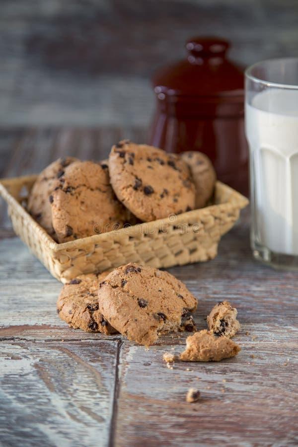 Cookies e vidro do leite no fundo de madeira rústico imagens de stock royalty free