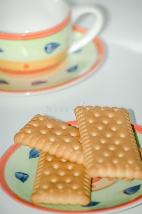 Cookies em pires com fundo do branco do copo de café fotos de stock