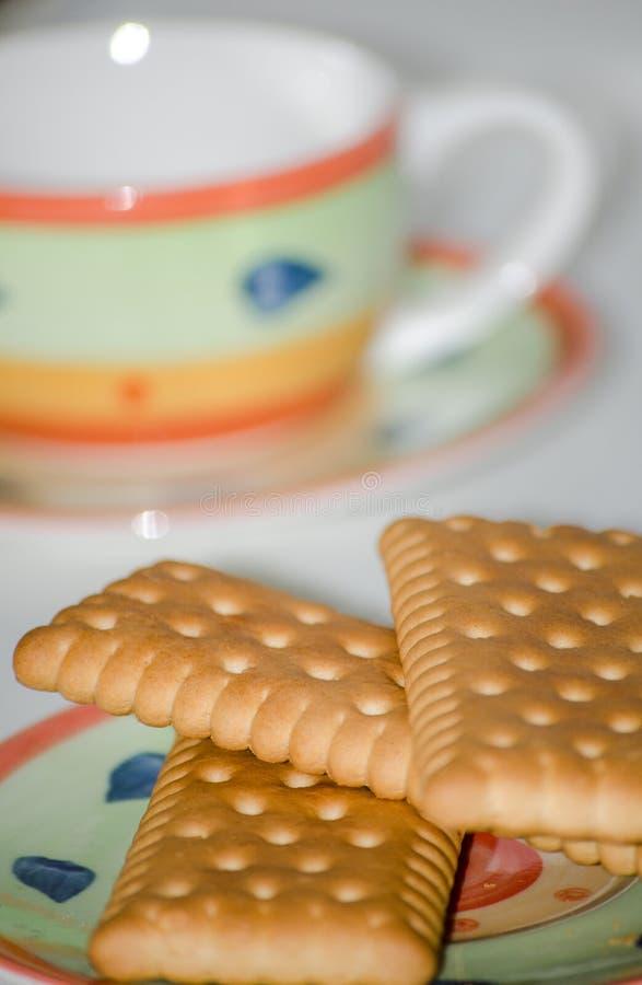 Cookies em pires com fundo do branco do copo de café imagem de stock royalty free