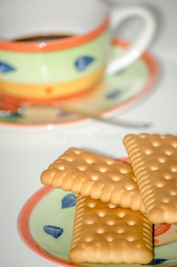 Cookies em pires com fundo do branco do copo de café imagens de stock