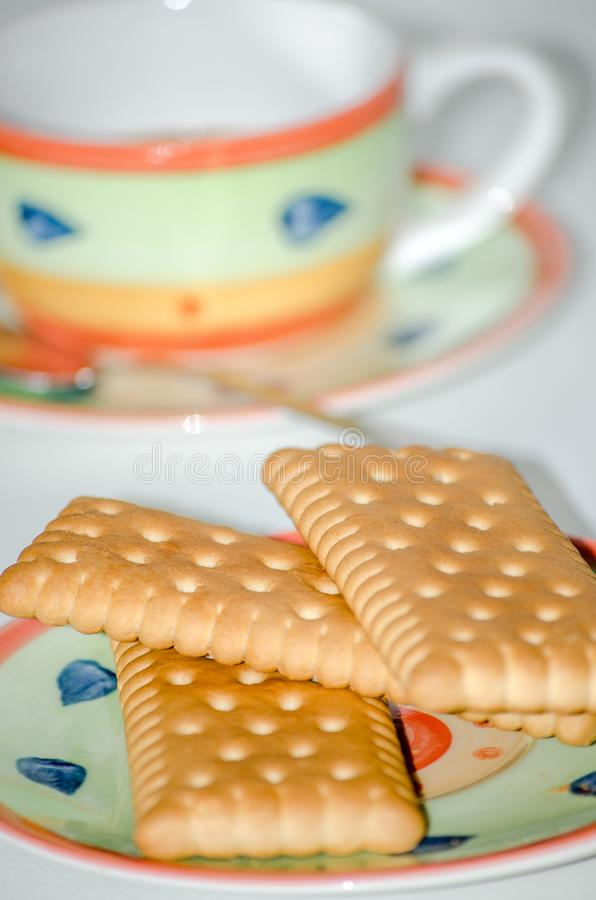 Cookies em pires com fundo do branco do copo de café foto de stock royalty free