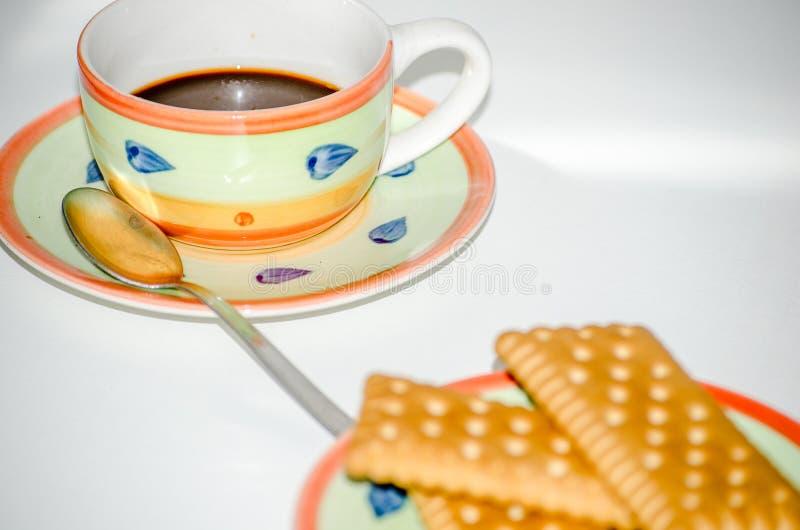 Cookies em pires com fundo do branco do copo de café imagens de stock royalty free