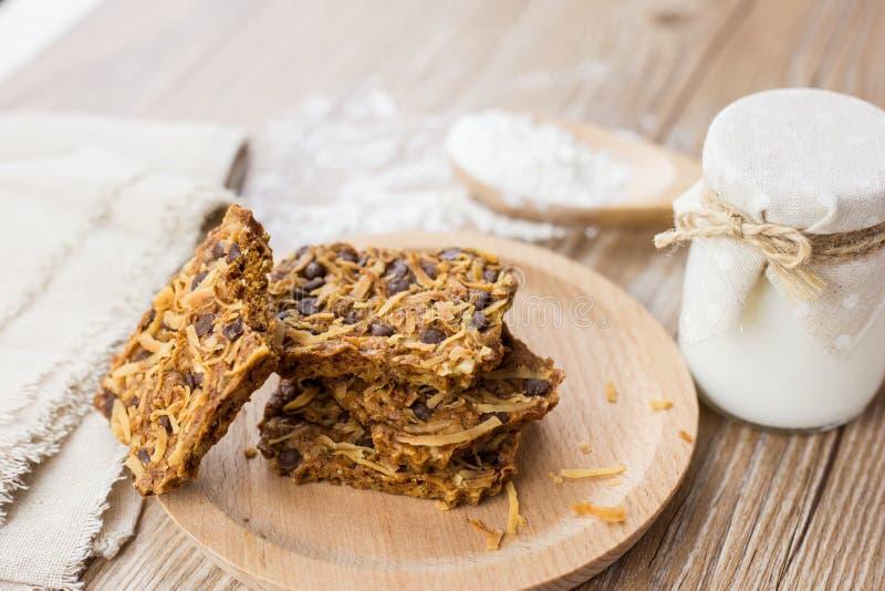 Cookies feitos a mão do chocolate & do coco fotos de stock