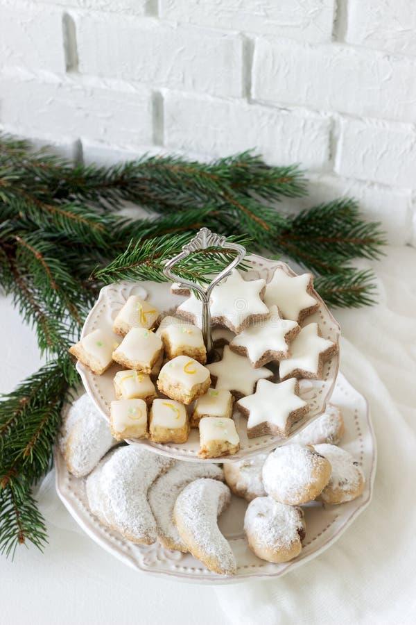 Cookies festivas os crescentes da baunilha, as estrelas da canela, os pão-de-espécie e os cubos classificados e stollen em um fun imagem de stock