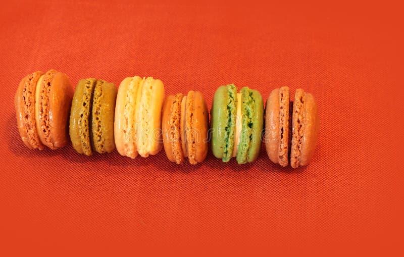 Cookies francesas do bolinho de amêndoa em cores da queda imagens de stock