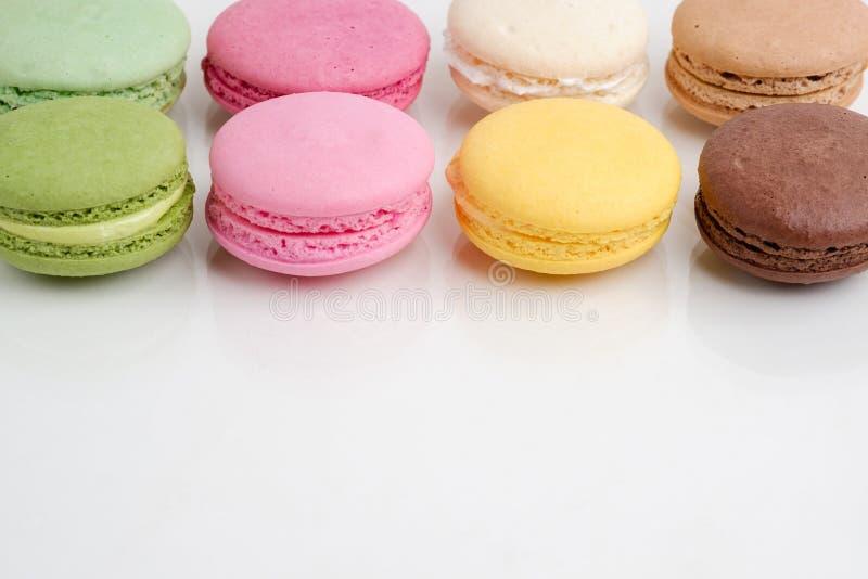 Cookies francesas dos bolinhos de amêndoa no fundo branco imagens de stock royalty free