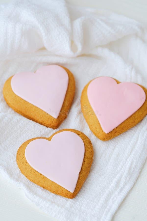 Cookies frescas deliciosas do coração com esmalte cor-de-rosa imagens de stock royalty free