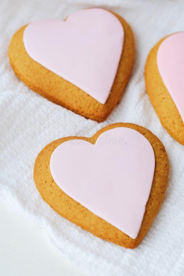 Cookies frescas deliciosas do coração com esmalte cor-de-rosa fotografia de stock