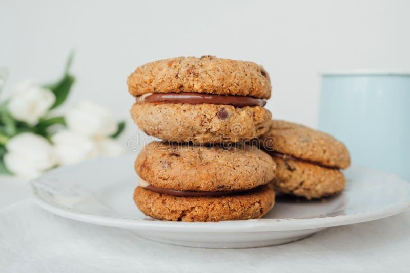 Cookies friáveis deliciosas Baci di Dama do sanduíche ou beijos da senhora com enchimento do chocolate foto de stock