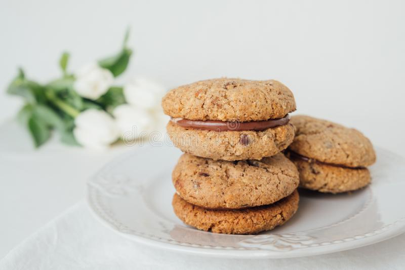 Cookies friáveis deliciosas Baci di Dama do sanduíche ou beijos da senhora com enchimento do chocolate imagens de stock