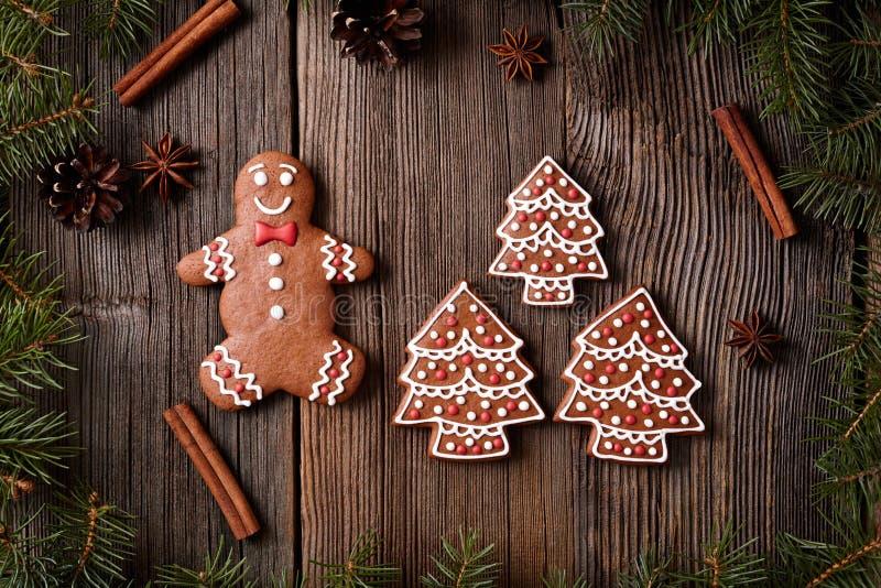 Cookies homem do pão-de-espécie do Natal e árvores da pele imagens de stock