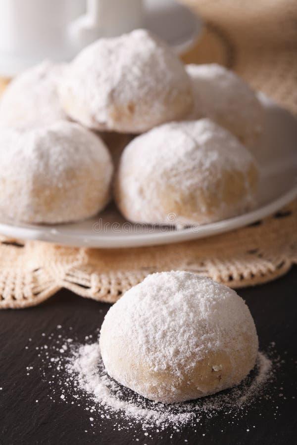 Cookies mexicanas tradicionais do polvoron macro na tabela Vertica imagem de stock