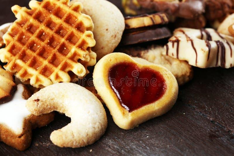 Cookies misturadas do Natal Mistura colorida de decoros Natal-temáticos fotos de stock royalty free