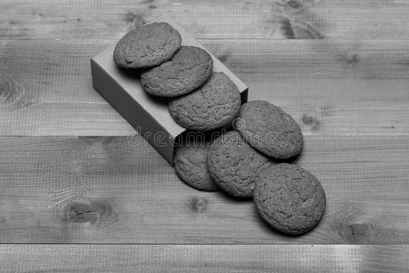 Cookies na caixa da caixa no fundo de madeira cinzento Padaria doce e petisco delicioso Biscoitos da farinha de aveia imagens de stock
