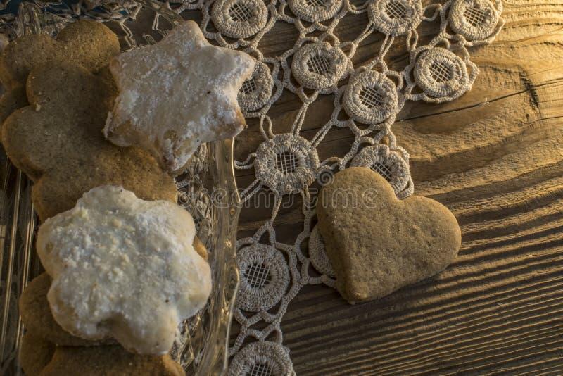 Cookies na toalha de mesa Knitted e na tabela de madeira imagens de stock royalty free