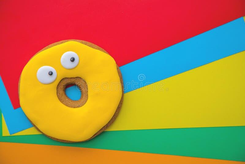 Cookies no esmalte em um fundo brilhante colorido imagens de stock royalty free