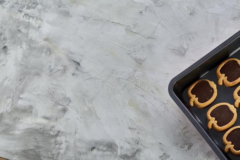 Cookies pomiformes cozidas frescas do chocolate em uma folha de cookie, vista superior, close-up, foco seletivo imagem de stock