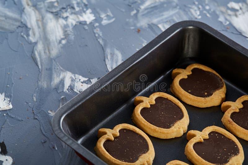 Cookies pomiformes cozidas frescas do chocolate em uma folha de cookie, vista superior, close-up, foco seletivo fotos de stock