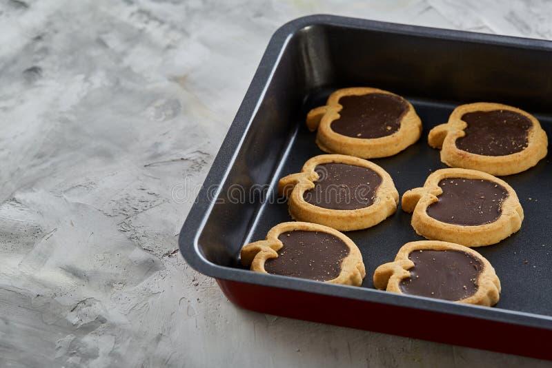 Cookies pomiformes cozidas frescas do chocolate em uma folha de cookie, vista superior, close-up, foco seletivo imagens de stock