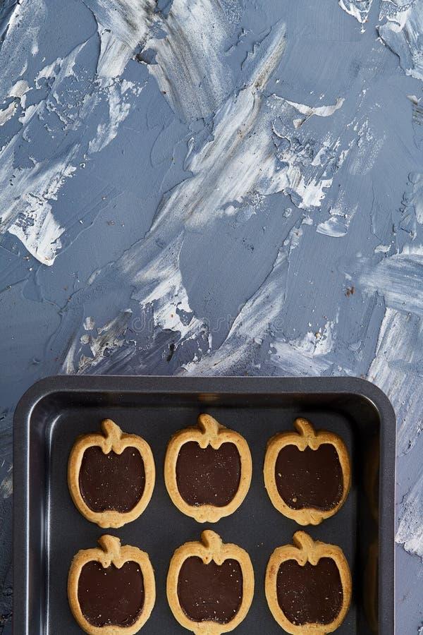 Cookies pomiformes cozidas frescas do chocolate em uma folha de cookie, vista superior, close-up, foco seletivo imagens de stock royalty free