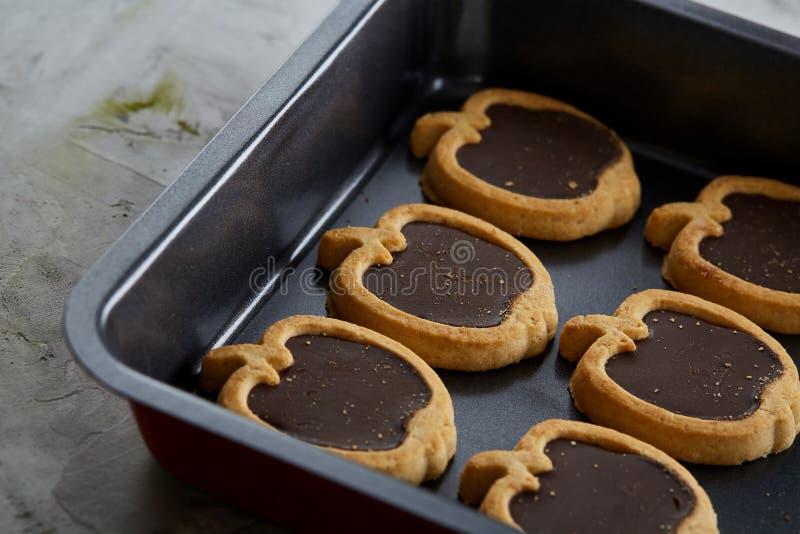 Cookies pomiformes cozidas frescas do chocolate em uma folha de cookie, vista superior, close-up, foco seletivo foto de stock royalty free