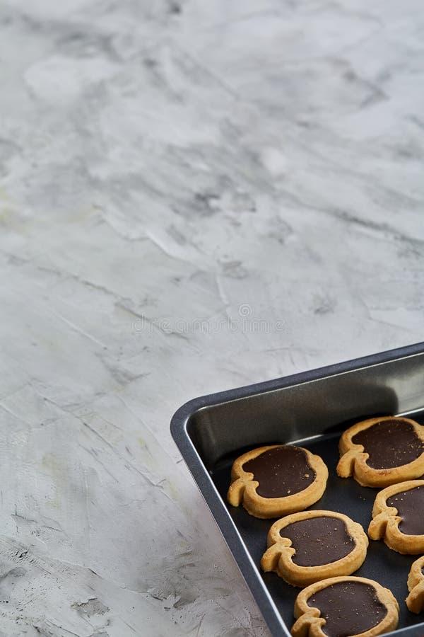 Cookies pomiformes cozidas frescas do chocolate em uma folha de cookie, vista superior, close-up, foco seletivo fotografia de stock royalty free