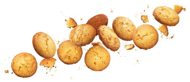 Cookies quebradas de queda da microplaqueta isoladas no fundo branco com trajeto de grampeamento imagens de stock royalty free