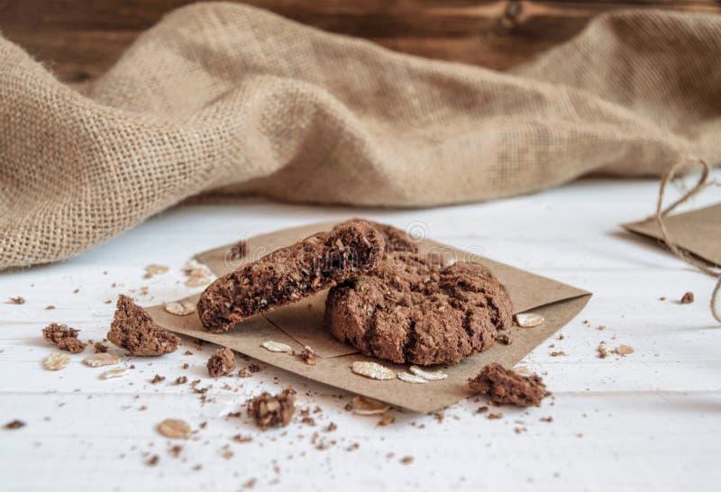 Cookies quebradas do chocolate no papel do ofício com guardanapo foto de stock royalty free
