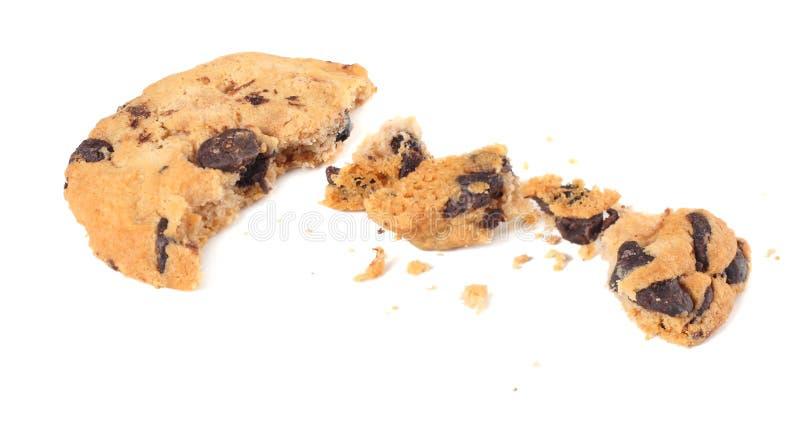 cookies quebradas dos pedaços de chocolate isoladas no fundo branco Biscoitos doces Pastelaria caseiro imagem de stock royalty free