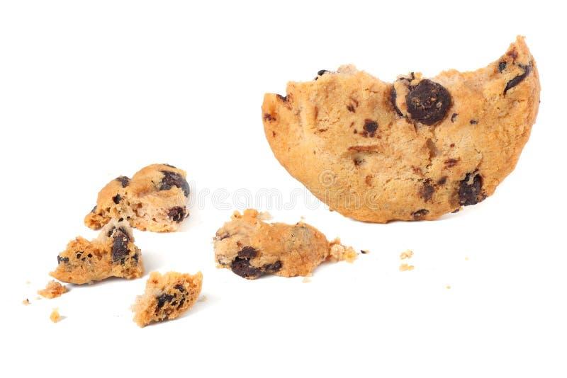 cookies quebradas dos pedaços de chocolate isoladas no fundo branco Biscoitos doces Pastelaria caseiro fotos de stock royalty free