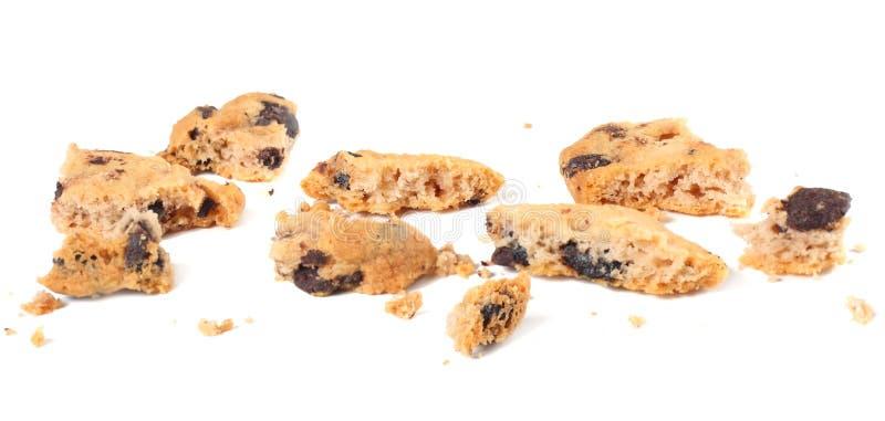 cookies quebradas dos pedaços de chocolate isoladas no fundo branco Biscoitos doces Pastelaria caseiro imagens de stock royalty free