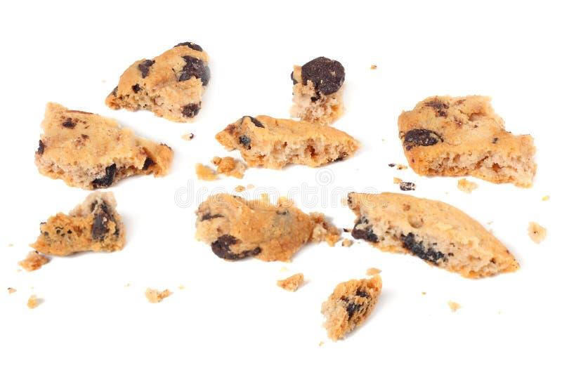 cookies quebradas dos pedaços de chocolate isoladas no fundo branco Biscoitos doces Pastelaria caseiro imagens de stock