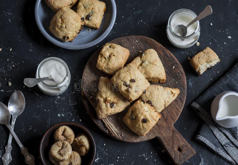 Cookies rústicas com figos e as passas secados Em um fundo escuro foto de stock