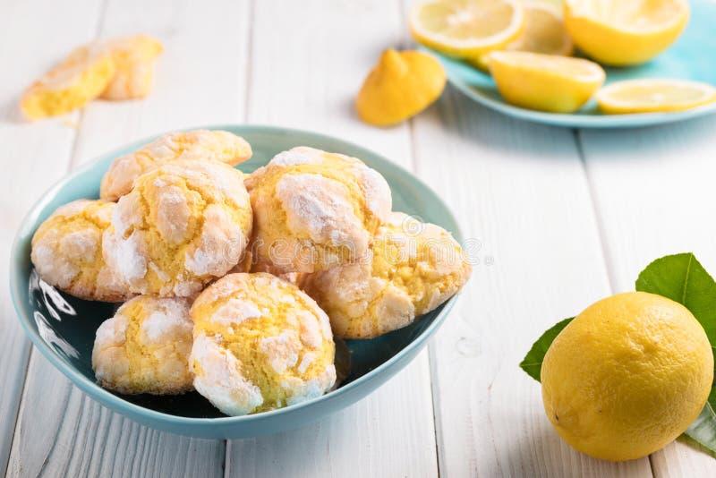 Cookies rachadas do limão em placas azuis no fundo branco fotografia de stock