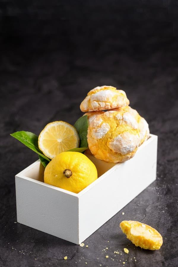 Cookies rachadas do limão na caixa de madeira branca pequena no darkbackgroun foto de stock