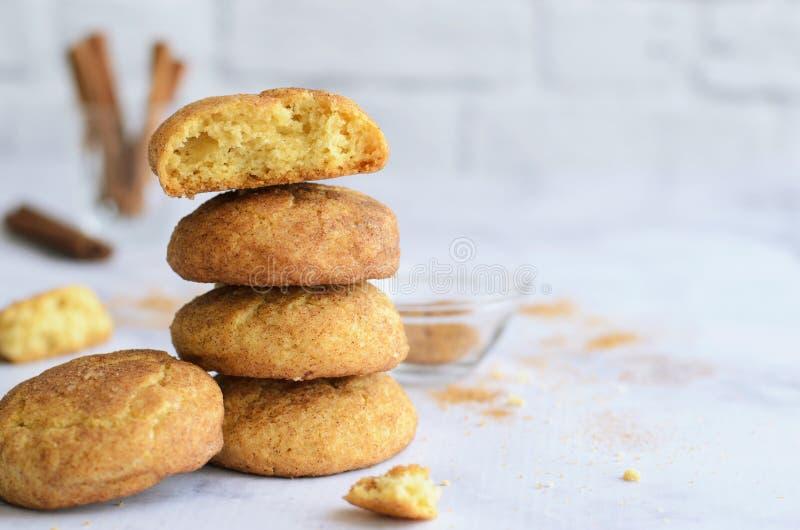 Cookies recentemente cozidas da canela, cookies de Snickerdoodle no fundo brilhante imagens de stock