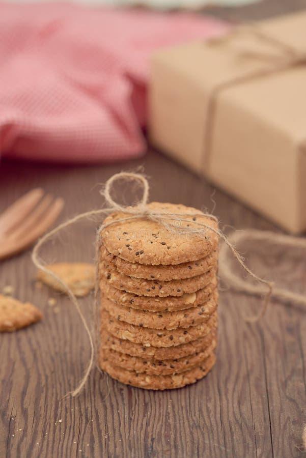 Cookies recentemente cozidas dos pedaços de chocolate na tabela de madeira rústica foto de stock