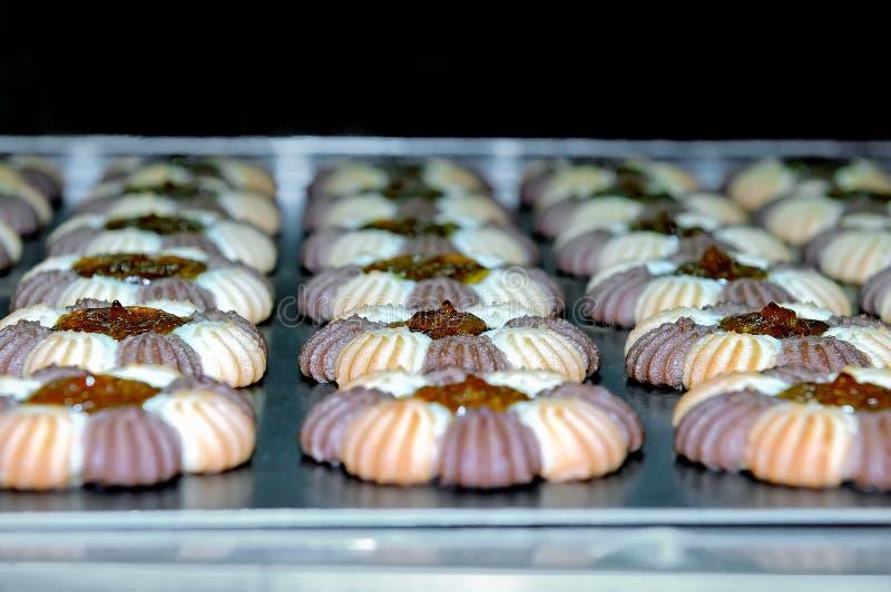 Cookies redondas com doce na produção dos confeitos imagens de stock