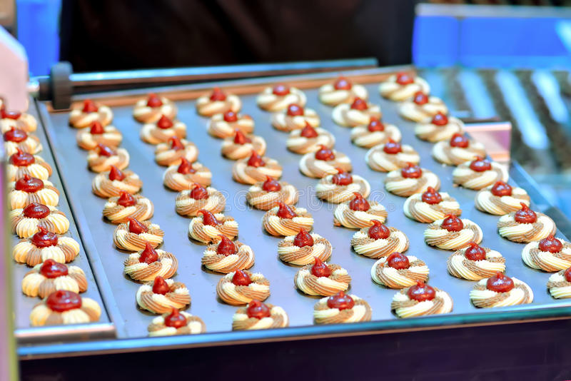 Cookies redondas com doce na produção dos confeitos imagens de stock royalty free