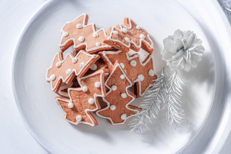 Cookies saborosos do pão-de-espécie do Natal na placa branca foto de stock