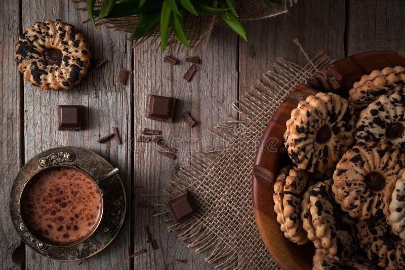 Cookies saudáveis e um copo do cacau quente com chocolate imagem de stock royalty free