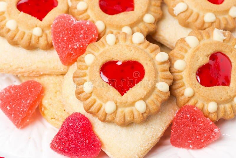 Cookies sortidos e geleia de fruto para o dia de Valentim imagens de stock