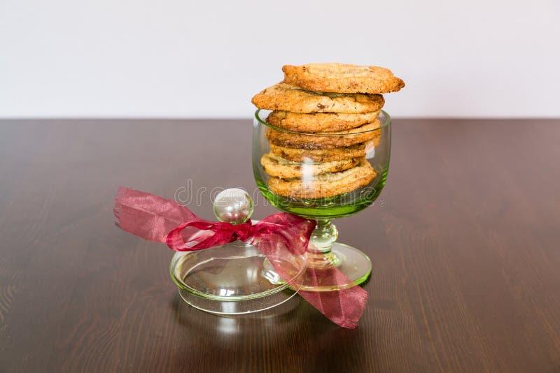Cookies suíças dos pedaços de chocolate arranjadas em uma tabela imagens de stock