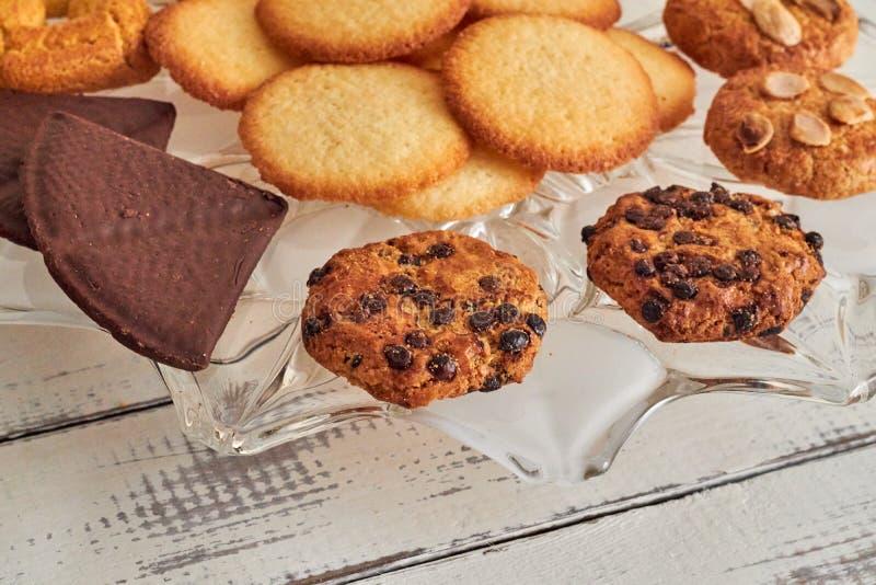 Cookies tomadas do forno em uma tabela imagens de stock
