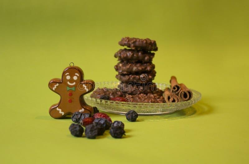Cookies torradas do chocolate e o homem de pão-de-espécie fotografia de stock royalty free